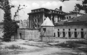 """ADN-ZB/Archiv Berlin Der sogenannte """"Führerbunker"""" im Garten der im II. Weltkrieg zerstörten Reichskanzlei. Links der Eingang, in der Mitte der Bombenunterstand für die Wache. Aufn. Juli 1947"""