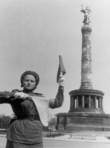 Eine sowjetische Soldatin regelt an der Siegessäule den Verkehr - 1945 Fotograf: Jewgeni Chaldej - 01.01.1945-31.12.1945