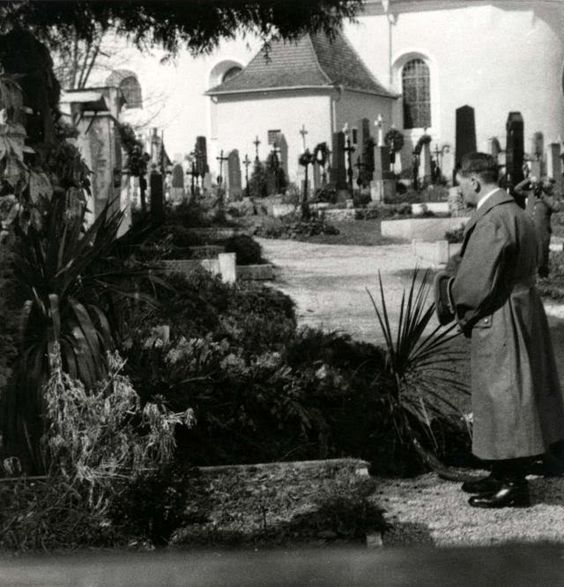 Hitler at graveside