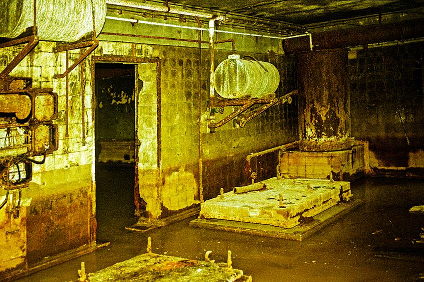 _ Die Technikzentrale der Bunkeranlagen der Neuen Reichskanzlei an der Voßstraße ist vom Grundwasser überschwemmt. Von den Wänden fallen die Fliesen ab. Die Anlage befand sich ursprünglich zwischen dem sogenannten Ehrenhof an der Präsidialkanzlei und dem Festsaal im Garten.